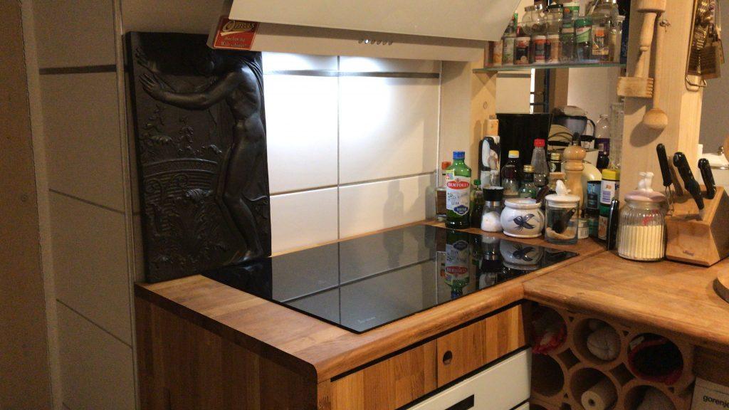 Offene Küche mit Induktionsherd und Backofen